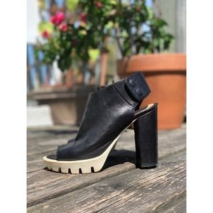 🌸2/$30 Black and white peep toe high heeled shoes